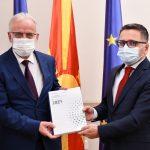 Министерот Бесими официјално му го врачи Предлог-буџетот за 2021 на претседателот на Собранието